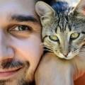 Da un sondaggio emerge che le persone che convivono con un gatto sono fantastiche.