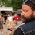 Biker Salva gattino ustionato da allora sono inseparabili.