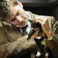 Gli uomini che amano i gatti sono persone amabili, ma questo basta per essere considerati affidabili?